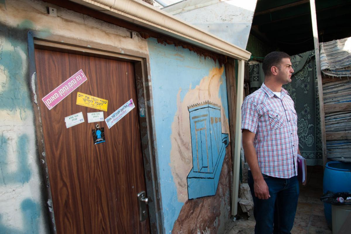 Daoud al Ghoul vor einem palästinensischen Haus in der Jersualemer Altstadt, dass von israelischen Siedlern enteignet und geraubt wurde